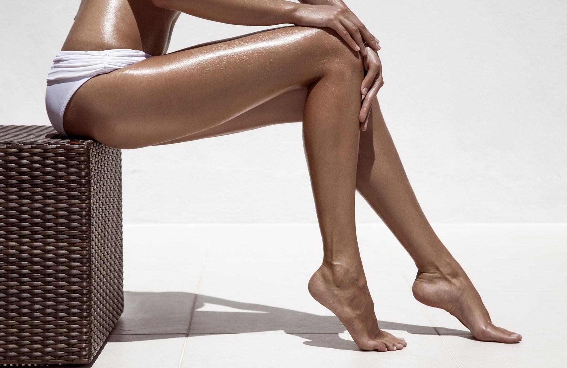 Девушка с гладкими ногами фото
